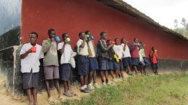 Skolelever som drikker yoghurt på åpningsdagen 16 juli 2012