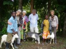 Familien Lie gir geiter på vegne av andre i familien til Inestmo, Happiness og Joyce, som kommer fra vanskeligstilte familier.