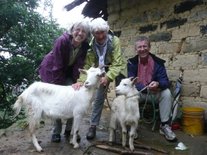 Familien Lie besøker geitene Klara og Johan ca. 4 måneder etter at de kjøpte geiter.