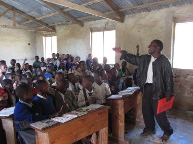 Elevene ønsker også å lære om melkegeiter, her med en munter og praktisk orientert lærer Solomon