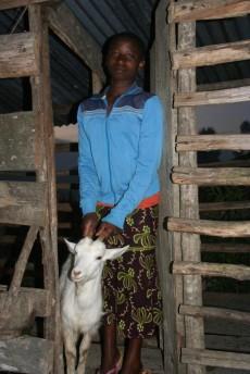 Joyce viser fram geiten hun har hatt i vel ett år og som ble donert av Familien Lie