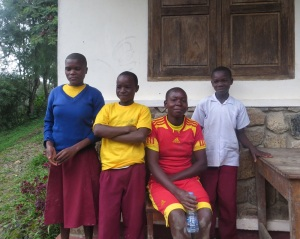 (fra venstre) Teresia, Levis, Maria og Sospita gleder seg til å kunne ta geiten sin med hjem