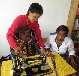 Mama Pao viser Victoria under syopplæring av kvinner i Mgtea