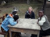 Cecilie i samtale med jentene som var mest aktive blant de foreldreløse ungdommene i 2013. Mary Charles til høyre.