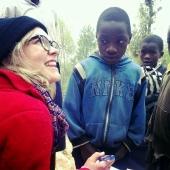 Linn, som også er en viktig støttespiller for styret i Mgetas venner, prater med skoleelever i Kibuko