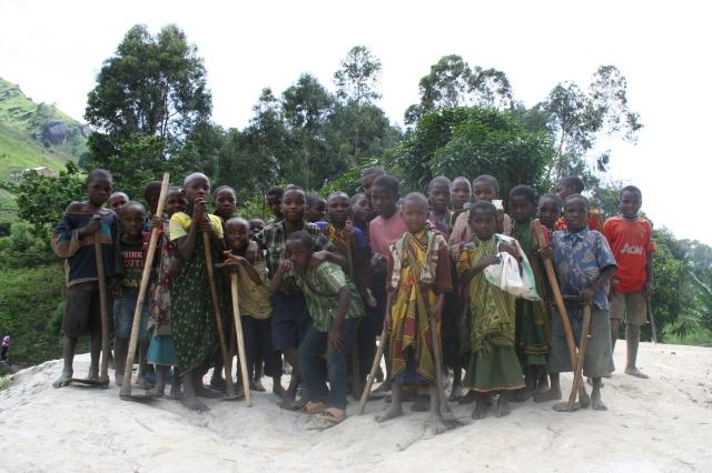 Skolebarn fra landsbyen Kododo lengst inne i Ulugurufjellene har for lengst lært å bruke hakke