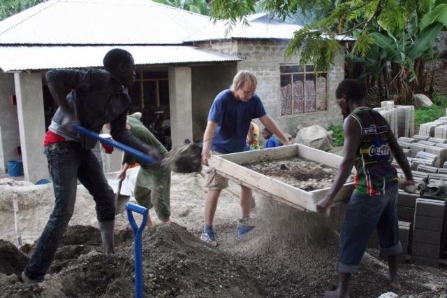 Thomas, Erling og Venans spar sand og lager sement