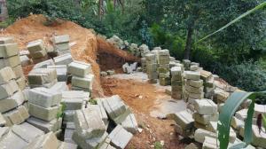 Murstein omkranser et sandbelagt fundament for ECOSAN-toalettene