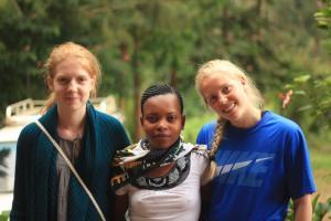 Jonsia mellom Grete og Maren fra Steinerskolen i Moss, som bodde hos Jonsia under skolens besøk i 2014