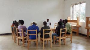 Fornøyde bønder fra Lukunguni i møte med Solomon på flislagt gulv for første gang i Luale