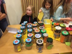 Elever fra Tokke skule selger selvlagede produkter til inntekt for skoleelever i Mgeta