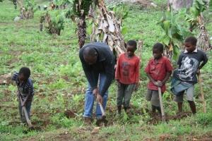 Athman viser bruken av Afrikas viktigste jordbruksredskap for elever ved Kibuko barneskolen, naboskolen til Nyandira