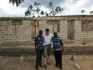 Rådgiver Sanga fra de regionale myndighetene til høyre ved siden av Erling og en bygningsarbeider