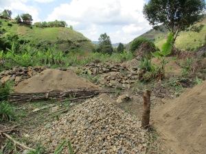 I løpet av desember 2016 har landsbyene levert sand, pukk og steiner i rekordfart. Alle ser fram til at sovehuset blir bygget.