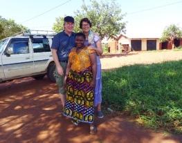 Sigrid og Erling med søster av Zabron Nziku foran barnehjemmet på Kingoilwira i utkanten av Morogoro, et annet av prosjektene Mgetas venner er med på å utvikle