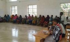 Spise- og lesesalen, det andre store bygget i internatet i Luale, er på mer enn 130 kvadratmeter og flislagt. Det brukes også som møtelokale for alle de 7 landsbyene som sogner til Kikeo ungdomsskole. Her møtes de 70 bøndene som er med i kaffeprosjektet i Luale, mange av dem kvinner med forsørgeransvar for store familier