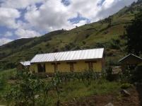 Internatet i Bunduki med toaletter i bygning til venstre, kjøkken til høyre.