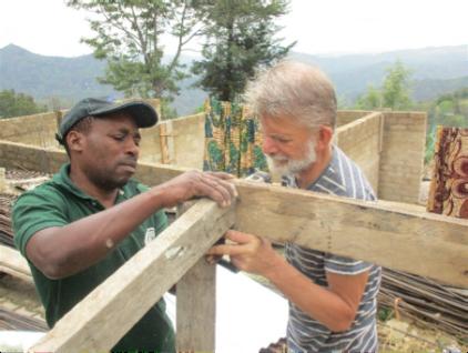 Solomon og Herfinn tilpasser et hjørne på det kommende demonstrasjonsburet for kaninhold i Luale