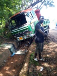 Lastebilen til Mgetas venner fikk seg en skikkelig trøkk i november 2019, men heldigvis ingen personskader på sjåfør og sidemann.
