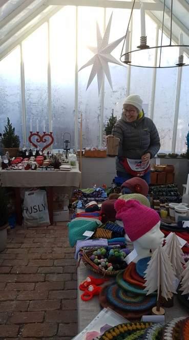 Torunn både lagde produkter og var en drivende selger under julemarkedet til Mgetas venner på Ås før jul 2019