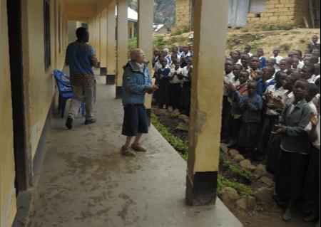 Celestine leder skolen i sang