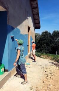 Drude og Dina fra Søre Skogen maler siste veggen på internatet ved Tchenzema ungdomsskole før åpningen i februar 2019