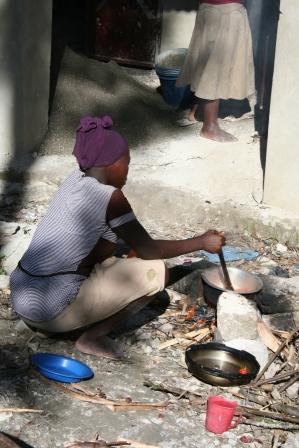 Happy lager mat på bål mellom tre steiner i desember 2014 til ungdommene som var med å bygge internatet i Luale