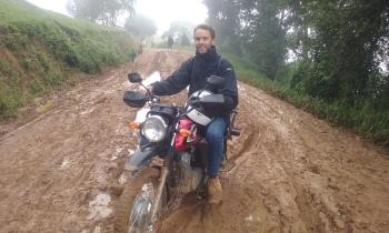 Lars Kåre, som også sitter i styret i Mgetas venner, kommer seg fram i regntid og gjørme. Han var fredskorpsarbeider i Morogoro og Mgeta før Helene og Cecilie, men fremdeles svært aktiv.